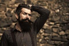 Vända mot den modepojken eller mannen i din webbplats Manframsidastående i ditt advertisnent Utomhus- stilfull skäggig man Royaltyfri Foto