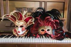 Vända mot maskerar pianokonster   Arkivfoton