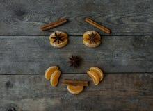 Vända mot med mandarinen, anis och kanel på träbakgrund Fotografering för Bildbyråer