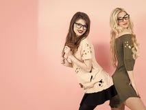 Vända mot modeflickan eller kvinnor i din webbplats Flickaframsidastående i ditt advertisnent Kvinnor med långt hårleende i geek Arkivfoton