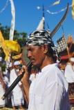 Vända mot ståenden av Balinesemannen med det traditionella svärdet Royaltyfri Foto