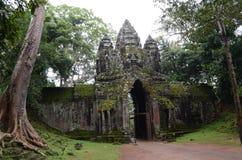 Vända mot tornet på ingången till Preah Khan, Angkor, Cambodja arkivbild