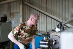 Vändande arbeten Drejaren gör en metalldel på en mekanisk drejbänk Royaltyfri Fotografi