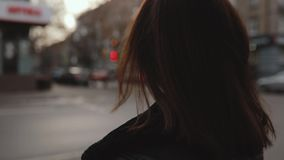 Vändande framsida för kvinna i stad lager videofilmer