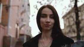 Vändande framsida för kvinna i stad arkivfilmer