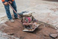 Vändbar plattacompactor för arbetare på en roadworkplats Arkivfoton