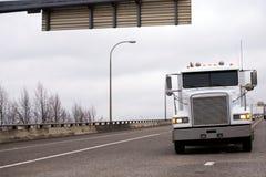 Vänder den halva lastbilen för den vita klassiska stora riggen med på att flytta sig för billyktor Royaltyfri Bild
