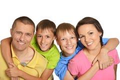 vänder den lyckliga familjen mot Arkivfoton