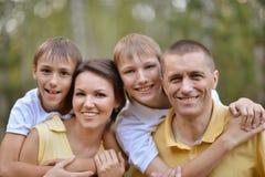 vänder den lyckliga familjen mot Royaltyfri Foto