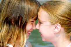 vänder flickor två mot Royaltyfria Bilder