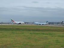 A-380 vänder mot drottningen Boeing 747-400F Arkivbilder