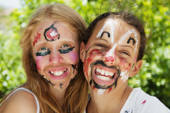 vänder unga flickor som mot målas Fotografering för Bildbyråer