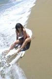 Vändkretsar för lopp för liv för ö för sexig vattenstrandkvinna naturliga tillfälliga royaltyfri foto