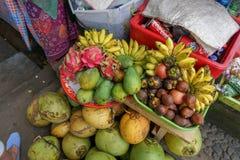 Vändkretsfrukt stannar på en marknad i Bali royaltyfri fotografi