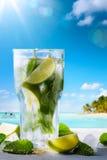 Vändkretssommarsemester; Exotiska drinkar på tropisk strandbac för suddighet Royaltyfria Foton