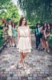 vänflicka som skvallrar tonårs- rubbning Royaltyfri Foto