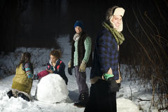 vänframställning för skog fyra kastar snöboll Royaltyfri Foto