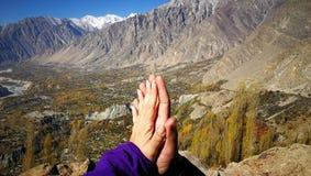 Vänhänder som trycker på och togethering med bakgrund för berg och för blå himmel för förälskelse och läker begrepp fotografering för bildbyråer