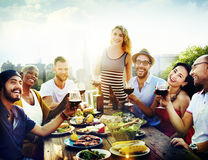 Vänkamratskap som äter middag beröm som ut hänger begrepp Arkivfoton
