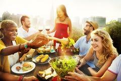Vänkamratskap som äter middag beröm som ut hänger begrepp Arkivfoto