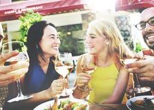 Vänkamratskap som äter middag beröm som ut hänger begrepp Fotografering för Bildbyråer