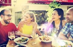Vänkamratskap som äter middag beröm som ut hänger begrepp Royaltyfri Bild
