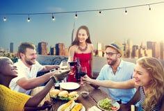 Vänkamratskaptak som äter middag folkbegrepp arkivfoton