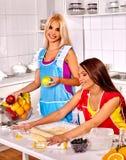 Vänkvinnor som bakar kakor i ugn Royaltyfri Fotografi