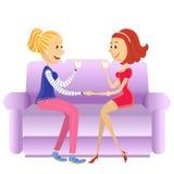 Vänkvinnor som sitter i rum på soffan Royaltyfri Foto
