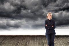Vänlig affärskvinna som ler på kameran i ett möte Arkivbilder