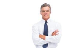 Vänlig affärsman med korsade armar Arkivfoto