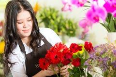 Kinesisk Saleswoman i en blomsterhandel Arkivbild