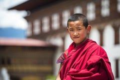 Vänlig bhutanesisk ung buddismmunk i Dzong, Thimphu, Bhutan royaltyfri foto