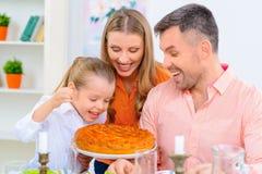 Vänlig familj som har matställen tillsammans fotografering för bildbyråer