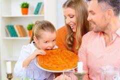 Vänlig familj som har matställen tillsammans royaltyfri fotografi