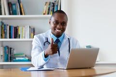 Vänlig huvudläkare som arbetar på datoren arkivfoton