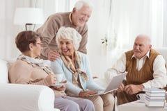 Vänlig konversation av äldre grannar royaltyfria bilder