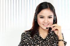 Vänlig kvinna för hjälpskrivbord som ler telefonen för appellmittoperatör Arkivfoto