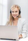 Vänlig kvinnlig helplineoperatör med bärbara datorn Arkivfoton