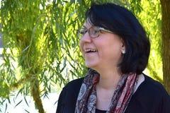 Vänlig mitt- åldrig kvinna fotografering för bildbyråer