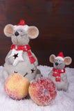 Vänlig mus med snö och två äpplen med snö Arkivbilder