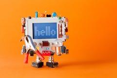 Vänlig robot med det roliga bildskärmhuvudet Färgrika retro hälsningar för skärmteckenmeddelande på den blåa skärmen Kommunikatio royaltyfri foto