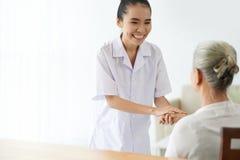 vänlig sjuksköterska Arkivbild