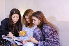 Vänliga kvinnliga vänner har bra tid och bläddring till och med wome royaltyfri foto
