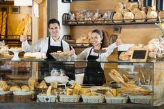 Vänliga kvinnor och italiensk grabb på bagerit Royaltyfri Fotografi