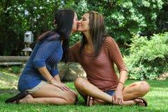 vänliga kyssar Arkivbilder