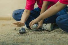 Vänliga studenter som spelar petanque på skolan Royaltyfri Foto