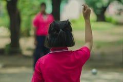 Vänliga studenter som spelar petanque på skolan Royaltyfri Fotografi
