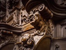 Vänliga träinristade konturer och framsidor i gamla Abbey Floref Royaltyfria Bilder