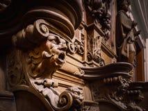 Vänliga träinristade konturer och framsidor i gamla Abbey Floref Arkivbilder